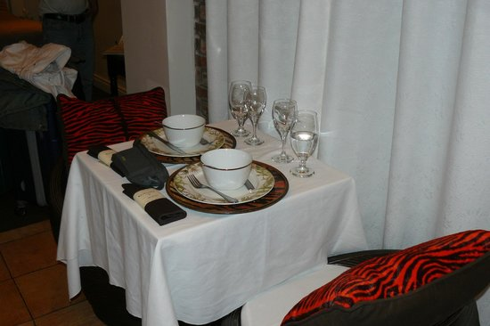 Hotel Kutuma: Tavolino
