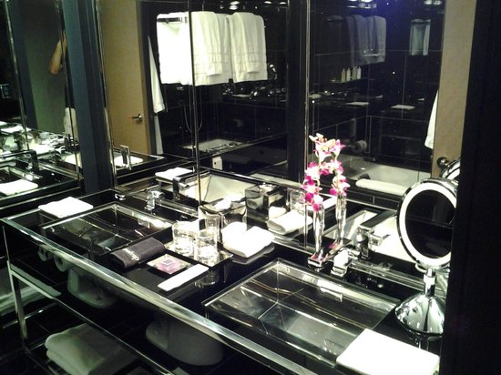 The Chatwal, A Luxury Collection Hotel, New York: Bathroom sink