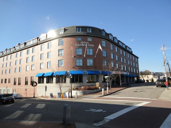 Hilton Garden Inn Portsmouth Downtown: The outside, High Street is to the right.