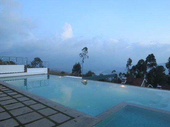Mountain Club Resort: lake view swimming pool