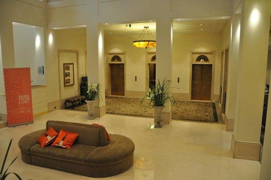 Hotel Adlon Kempinski: Aufzüge in der Hotellobby