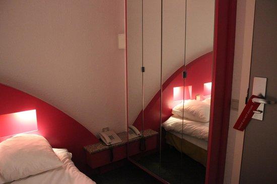 Hotel Siru: Armários espelhados