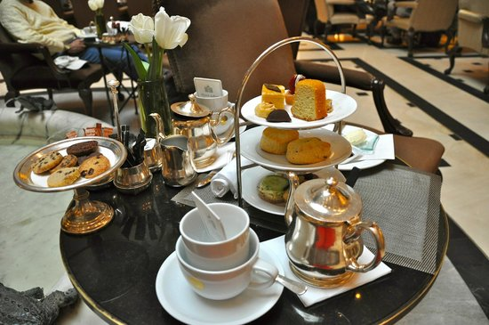 Hotel Adlon Kempinski: Afternoon Tea in der Hotellobby