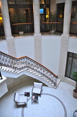โรงแรมแอดลอน เคมปินสกี: Treppe runter zum Spa