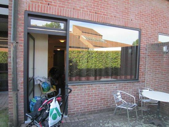 Corsendonk De Linde: The back door and patio