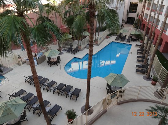 Hilton Phoenix Airport: Nice grounds