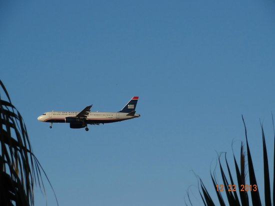 Hilton Phoenix Airport: Landing pattern nearby.