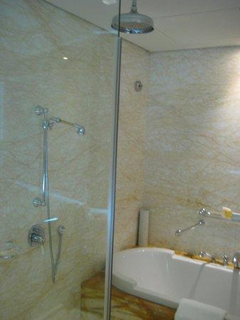 Ramada Jumeirah: Bad im Hotelzimmer