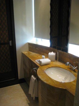 รามาดา จูไมร่าโฮเต็ล: Bad im Hotelzimmer