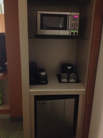 SpringHill Suites Houston The Woodlands: micro/coffee/frig area