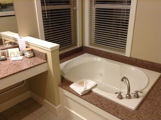 The Resort at Port Ludlow: Jacuzzi tub with a view of Marina