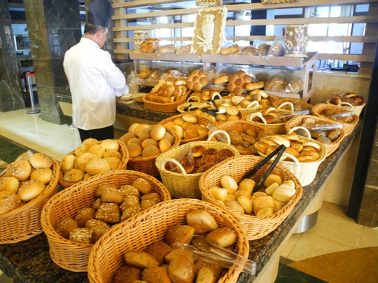 Alba Queen Hotel: breads, rolls, buns ... anything you can ask for