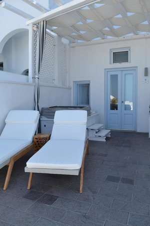 Mill Houses Elegant Suites: Outside lounge area and jacuzzi