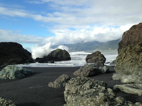 Spyglass Inn at Shelter Cove: Black Sands Beach, a five-minute walk from the inn