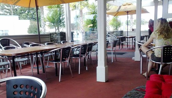 Tuakau Hotel: Outdoor dining