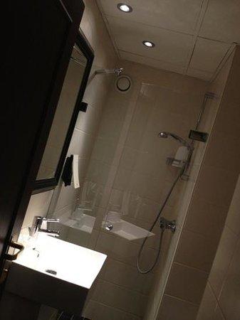 First Hotel Mayfair: Bagno piccolo ma funzionale