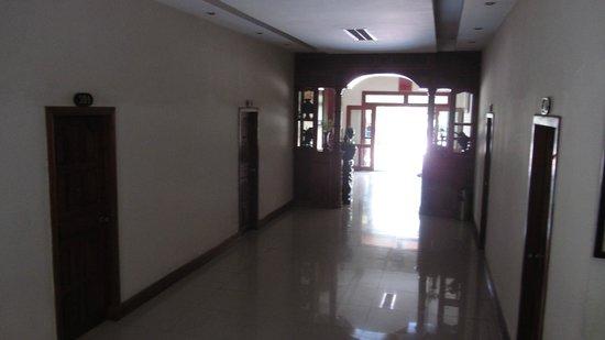 Sovann Phum Hotel: corridor to reception