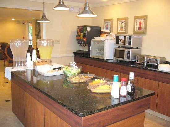 Baymont Inn & Suites Savannah Midtown: View of breakfast serving area
