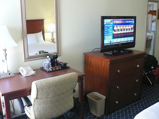 Baymont Inn & Suites Savannah Midtown: Work desk & new TV