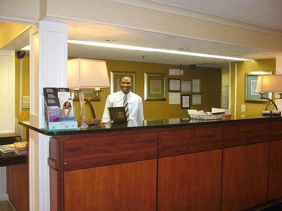 Baymont Inn & Suites Savannah Midtown: Firendly front desk
