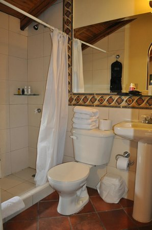 Vieja Cuba: Wobbly toilet and the shower is a little *too* strong!