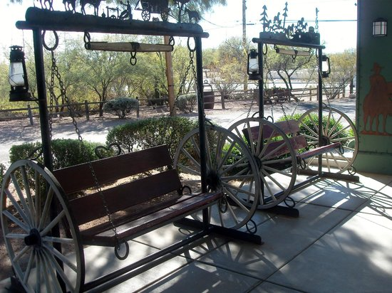 Super 8 Wickenburg AZ: Outdoor seating