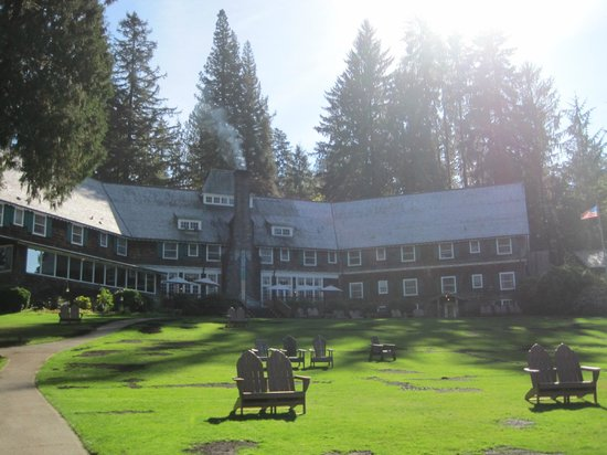 Lake Quinault Lodge: Back of the lodge