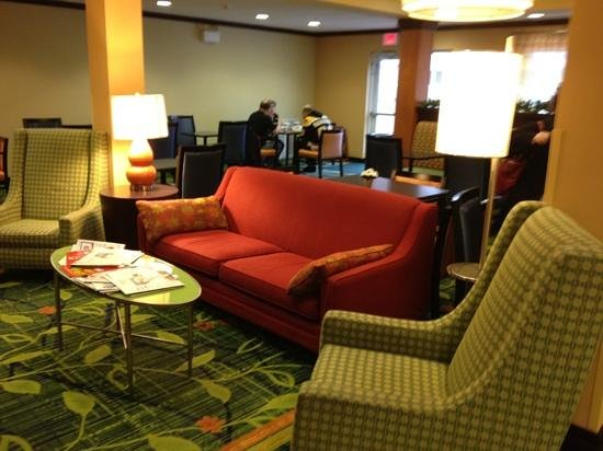 Fairfield Inn & Suites Wilkes-Barre Scranton : seating in front of fireplace