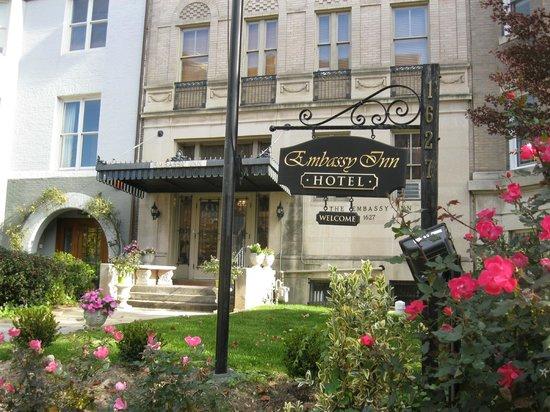 The Embassy Inn: Insegna nel giardino