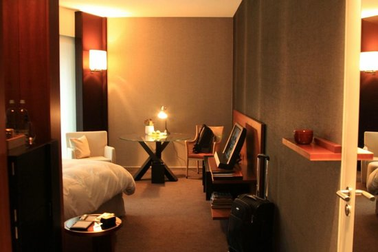 Grand Hyatt Berlin: Looking into the living area