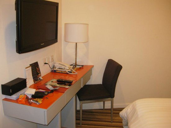Abell Hotel: Small table with plasma tv