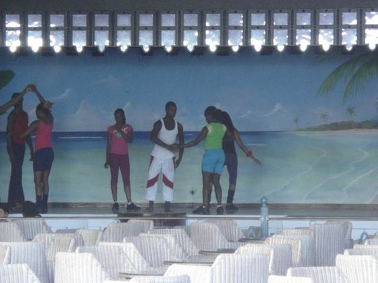 Hotel Riu Montego Bay: Entertainers rehearsing