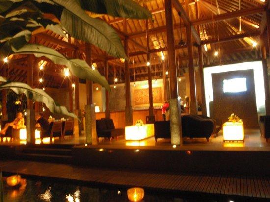 Legian Beach Hotel : Lobby at night