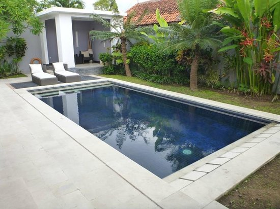 Villa Seminyak Estate & Spa: Private pool with deck chairs