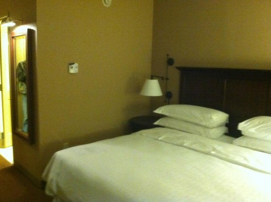 Sheraton Herndon Dulles Airport Hotel: King size bed