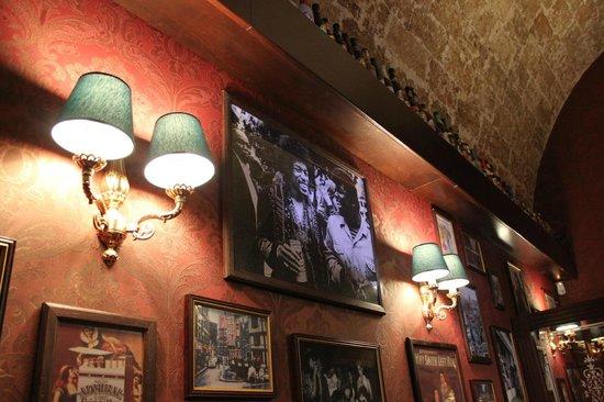 The Phonogram Club: Locale interamente rivestito da carta da parati e moquette
