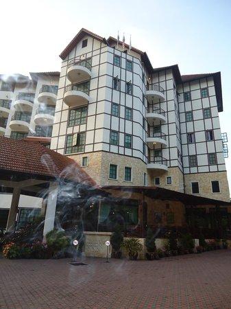 Hotel De' La Ferns: Hotel Facade