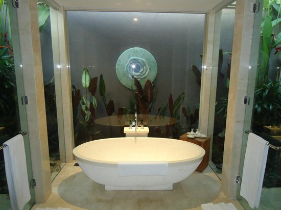 White Rose Kuta Resort, Villas & Spa: Bathtub