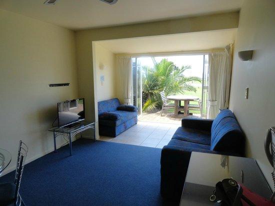 Ramada Resort Reia Taipa Beach: Spacious lounge opens to ourdoors