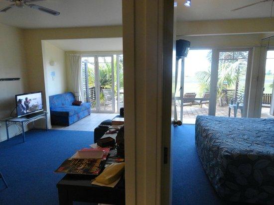 Ramada Resort Reia Taipa Beach: Lounge and separate Super-KING bedroom