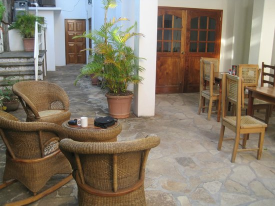 Hotel Villa Isabella: Common area next to the pool and breakfast area
