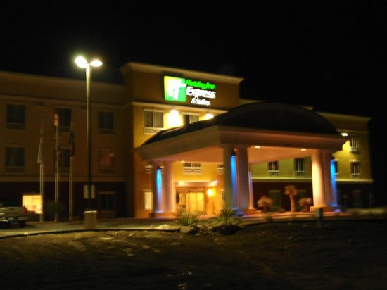 Holiday Inn Express & Suites Alpine Southeast: Hotel Exterior at Night