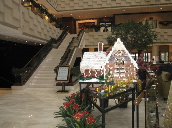 Crowne Plaza Beijing Wangfujing: Christmas decoration at the lobby