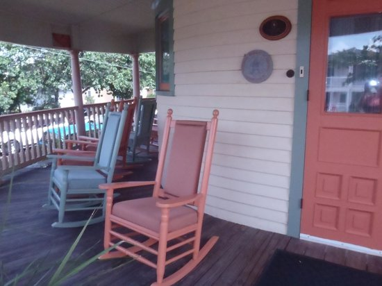 Northwood Inn: Porch with comfortable rockers