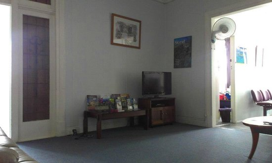 Cairns Girls Hostel: The common room / TV area