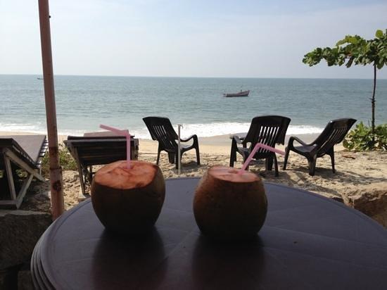 Mandala Beach House & Cottages: Begrüßungstrunk auf dem privaten Balkon