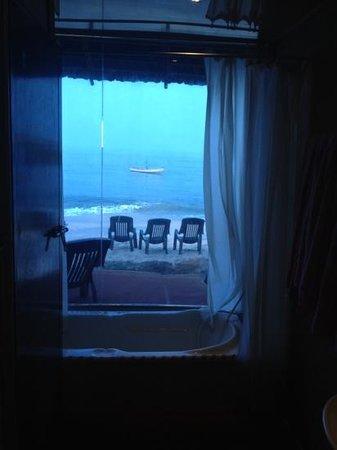 Mandala Beach House & Cottages: Blick aus dem Bad. (Zimmer mit Meerblick)