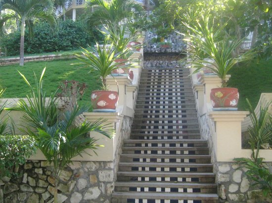 Abaka Bay Resort: Stairs to ocean view rooms