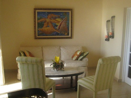 Abaka Bay Resort: Suite living room area