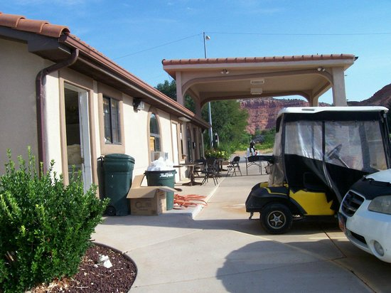 Travelodge Kanab: STINKING TRASH ALL OVER THE PLACE - MUELL UEBERALL!!